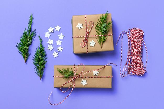 創造的な趣味、ギフト包装、サテンの赤いリボンとスタイリッシュな青い紙で現代のクリスマスプレゼントボックスを包装