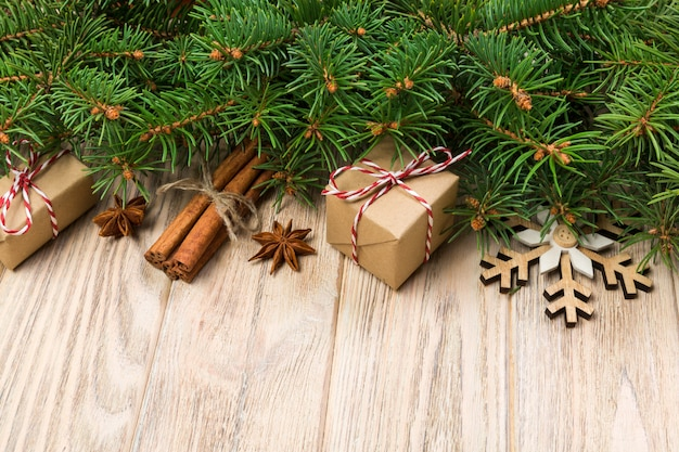 モミの木と木製のテーブル、トップビューでギフトボックスクリスマス
