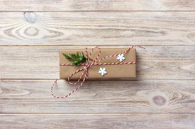 リボンの弓で、素朴なリボンで、再生紙で包まれたギフトボックス