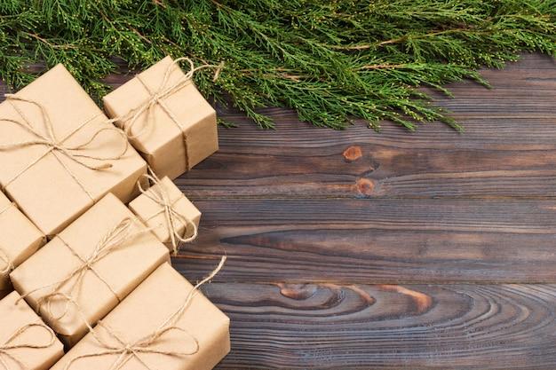 テキストの暗い素朴な木製のギフトボックスとクリスマスのモミの木の枝