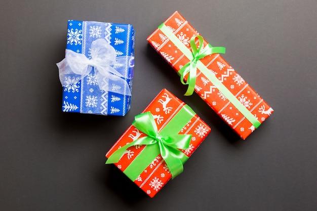 黒のクリスマスの日の白と緑の弓とギフトボックス