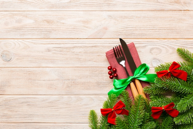 木の上のクリスマスの装飾のトップビュー