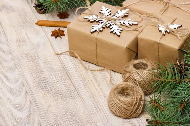 スノーフレーク、マツ円錐形、モミの枝、クリスマスプレゼントとクリスマスのパターン。