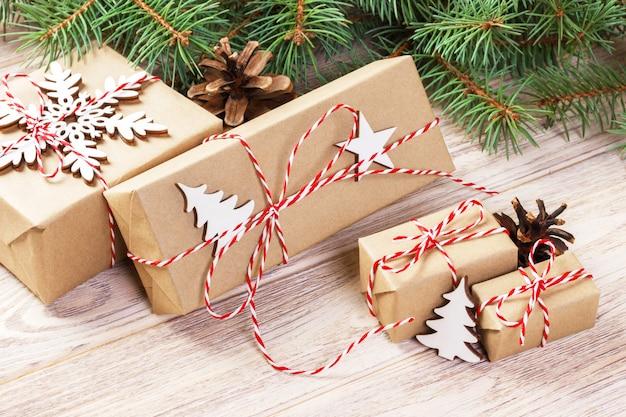 木の装飾とクリスマスギフトボックス