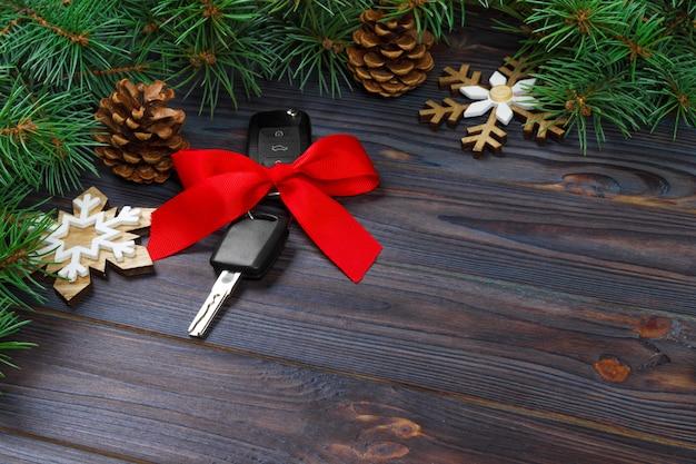Ключ от машины с красочным бантом на дереве