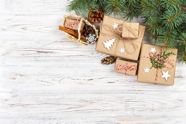 クリスマスギフトボックスとギフトボックスのある静物。
