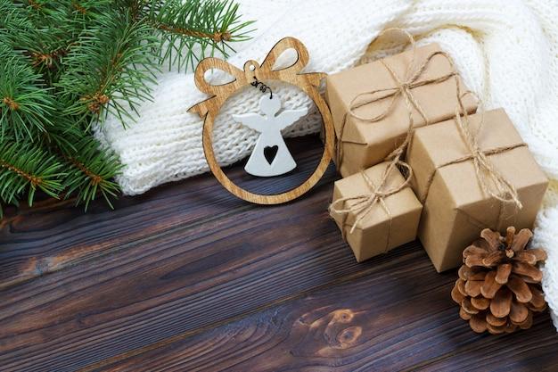 Новогоднее украшение, подарочные коробки и фигура ангела, поверхность рамы, вид сверху