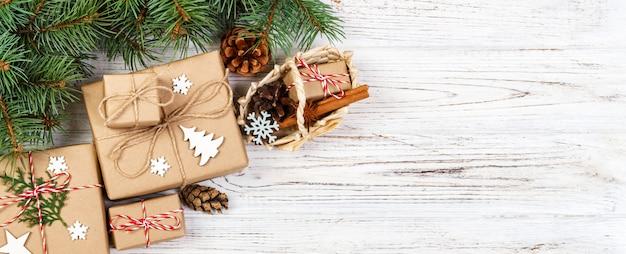 クリスマスプレゼントとモミの木のトップビュー