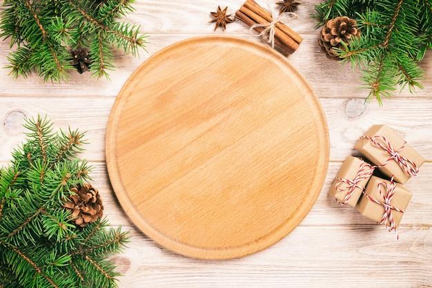 クリスマスの装飾とピザまな板
