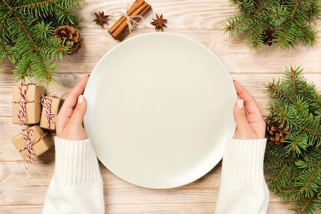 クリスマスの装飾と空の白いプレート