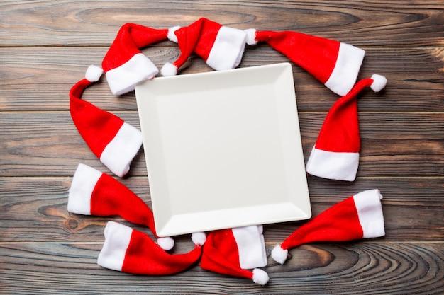 サンタクロースの帽子で飾られたプレートのお祝いセット