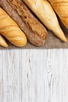 素朴な白いテーブルの上のパンの塊。