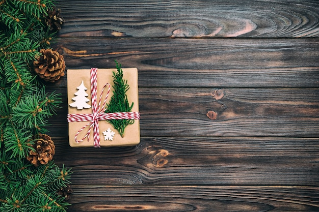 Рождественская подарочная коробка, завернутые в переработанную бумагу, с лентой лук, с лентой на деревенском старинный фон. день отдыха