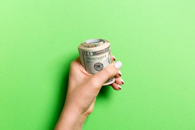 しっかりとお金の束を持っている女性の手