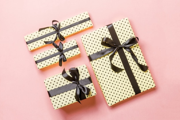 ピンクに黒の弓とクリスマスプレゼントボックス