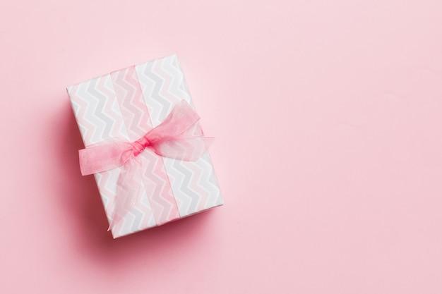 ピンクにピンクのリボンと紙で包まれたクリスマス手作りプレゼント