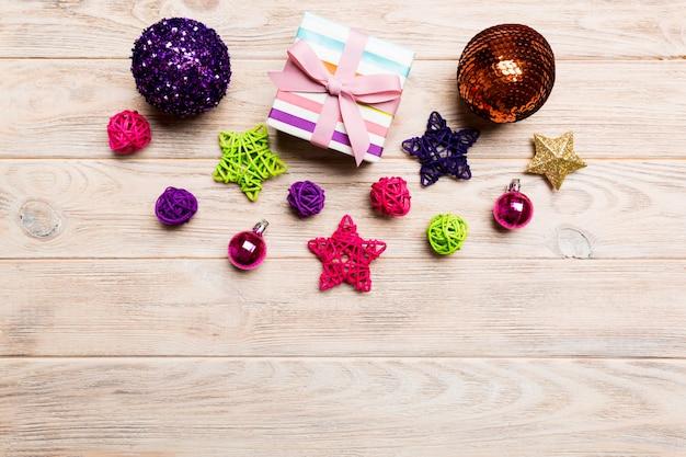 木製の背景にトップビュークリスマスボール、ギフト、創造的な装飾