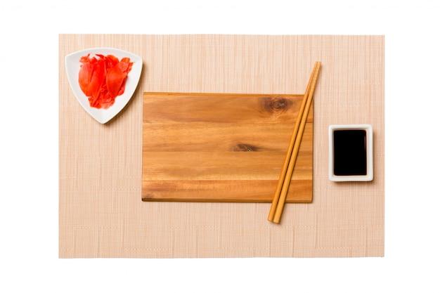 お箸で空の長方形茶色の木製プレート