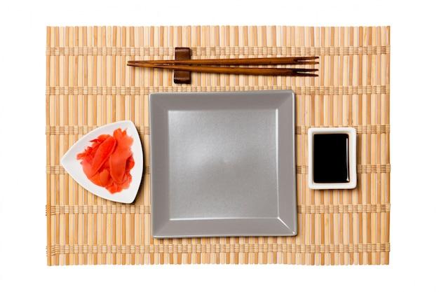お箸で空の灰色の正方形プレート