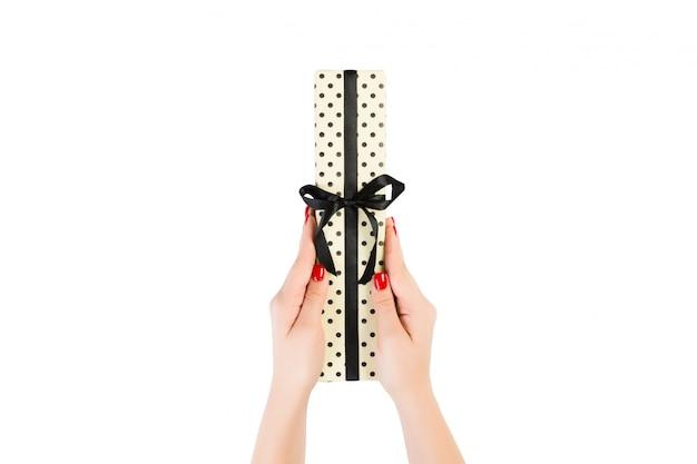 女性の手は、クリスマスの手作りプレゼント分離を与える