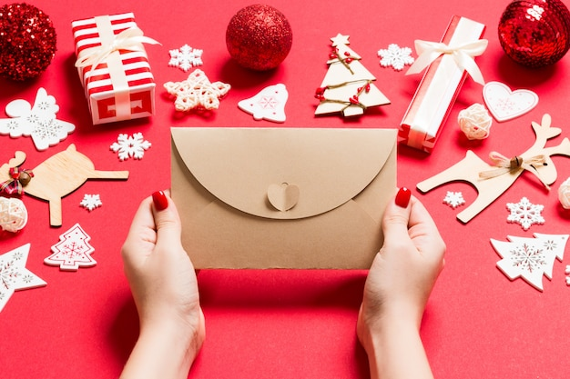 封筒クリスマス時間の概念を保持している女性のトップビュー