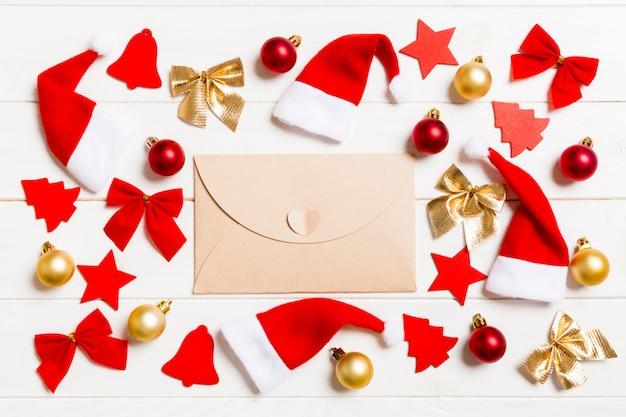 Вид сверху конверта на праздничном деревянном фоне