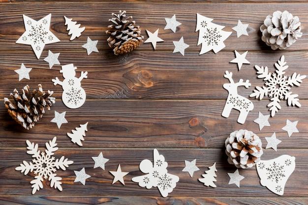 木製の背景にクリスマスの装飾とおもちゃのトップビュー