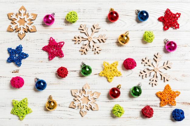 木製の背景にクリスマスのおもちゃのトップビュー