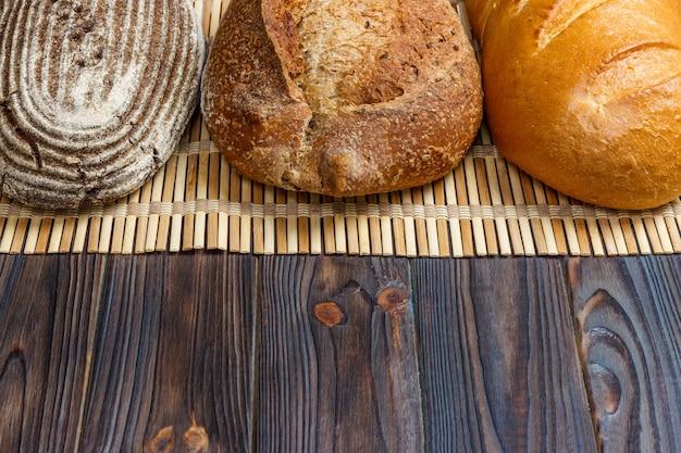 パン屋さんの背景、黒い木製の背景にパンの品揃え。