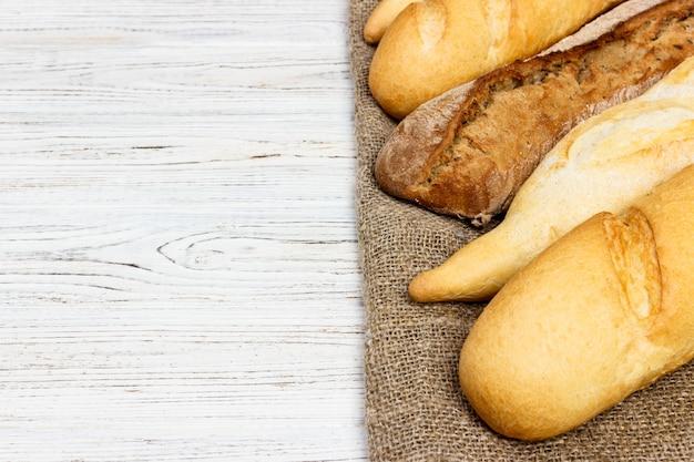 素朴な白いテーブルの上のパン