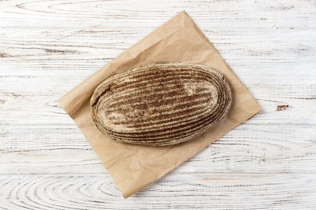 ヨーロッパスタイルの食料品の紙袋にパンを一斤。上面図