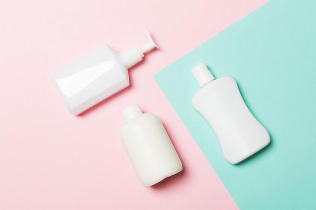 分離された白い化粧品容器のセット