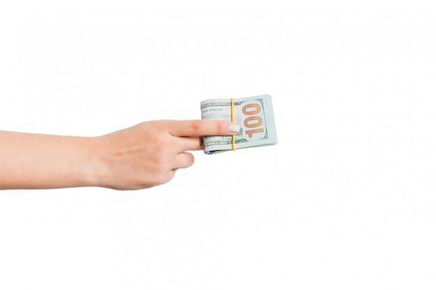 分離された白のドル札の束を与える女性の手
