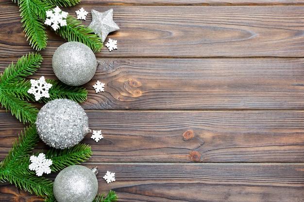 モミの木、ボール、木製の背景の異なる装飾で作られたクリスマスの組成物。