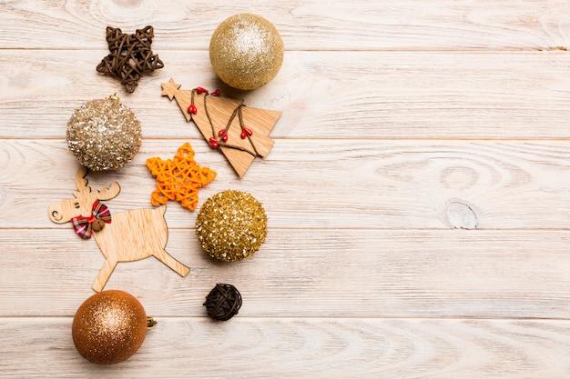 つまらないもの、トナカイ、木製の背景に他の装飾で作られた新年の組成物。