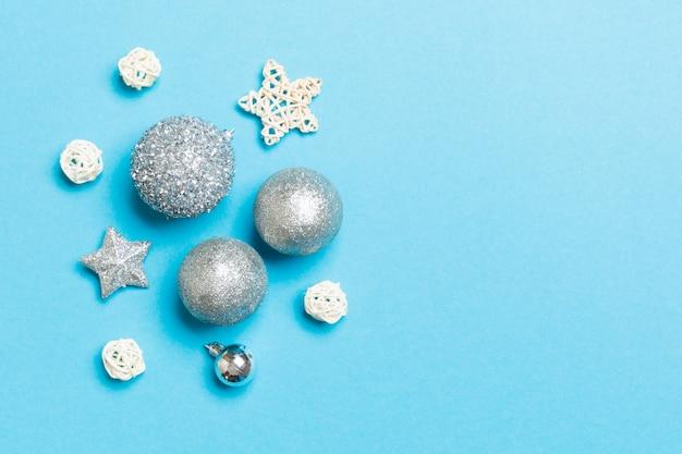 新年のつまらないものと装飾の創造的なセット。クリスマスの時間概念の平面図。コピースペース