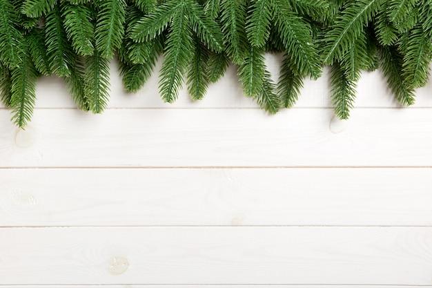 木製の背景にモミの木の平面図です。コピースペースのクリスマスコンセプト
