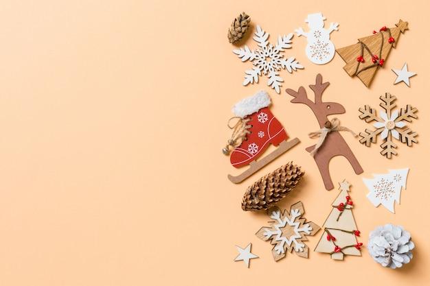 オレンジ色の背景のクリスマスのおもちゃや装飾品の平面図。あなたのデザインの空スペースでクリスマス時間の概念