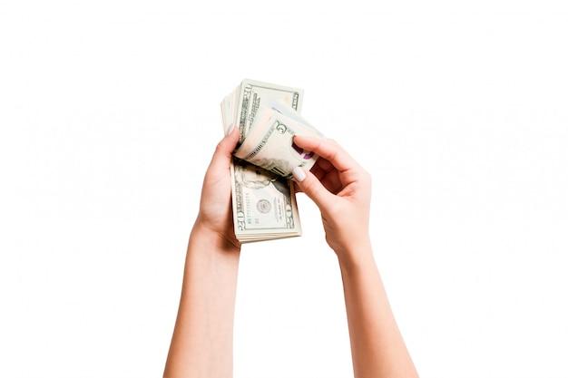 ドル紙幣を数える女性の手の平面図です。投資と繁栄の概念