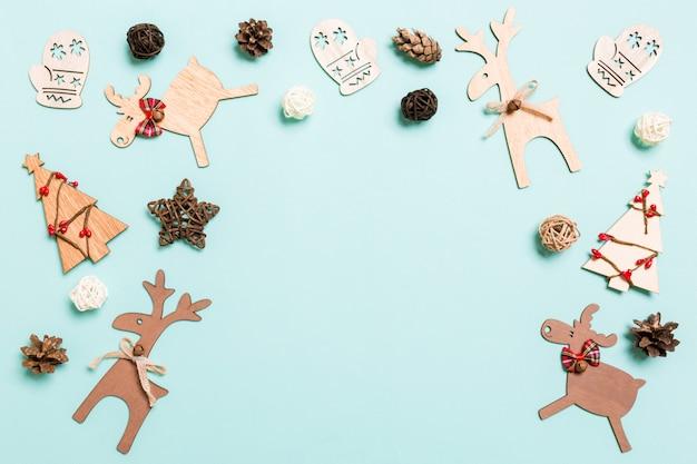 青のクリスマスの装飾のトップビュー