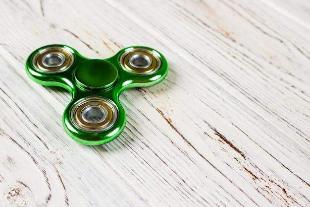 Игрушка для снятия стресса на зеленом фоне