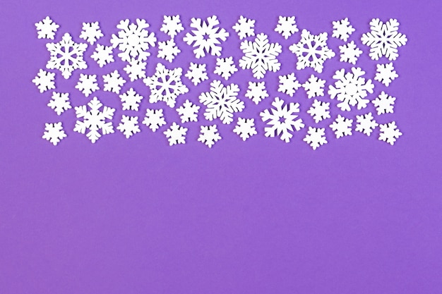 白い雪で作られた冬の飾りのトップビュー