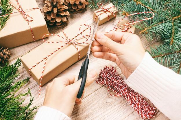 クリスマスプレゼントを包む女性