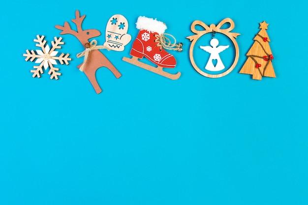 Вид сверху праздничного украшения из рождественских украшений