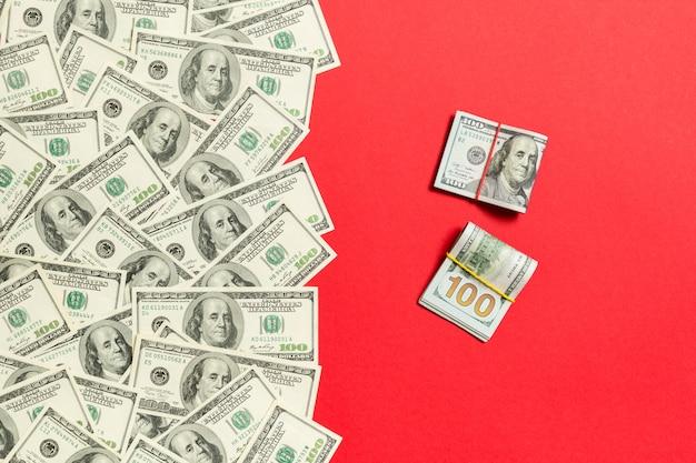 テキストビジネスのお金の概念のための空の場所で、百ドル札トップビューのヒープ