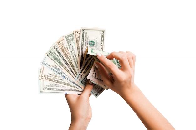 Вид сверху женских рук, считая веер долларовых купюр