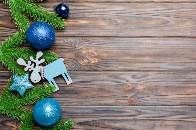 お祝いボール、モミの木、木製のクリスマスの装飾のセット。