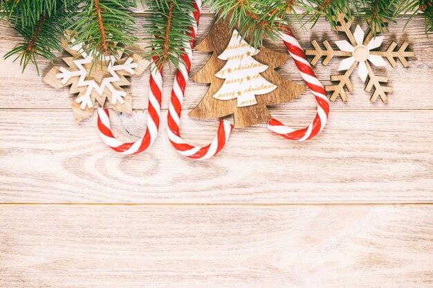 Рождественские леденцы и снежинки на деревянном.