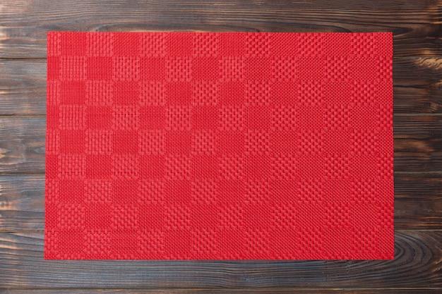 空のアジア料理の背景。赤いテーブルクロス、コピースペースフラットで木製の背景平面図上のナプキンを置く