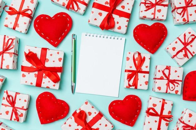 休日のノートブック、ギフト用の箱、青に赤い繊維の心の組成